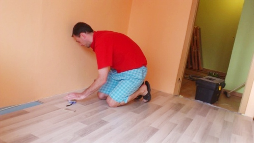 Pokládka plovoucí podlahy je již téměř hotova