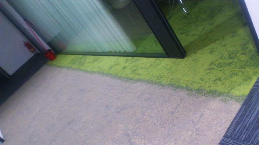 Detailní pohled na položené kobercové čtverce
